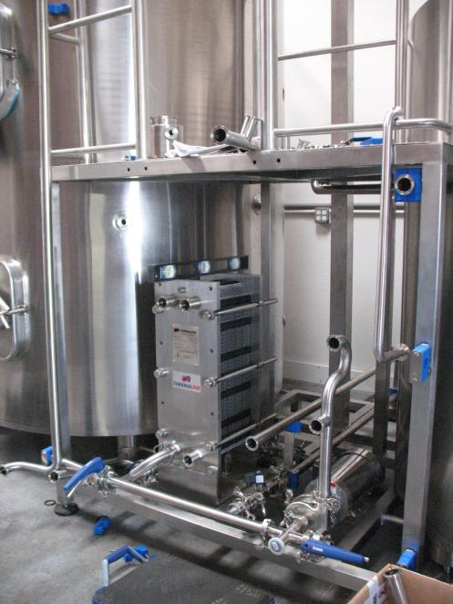 Brewhouse manifold area with heat exchanger and main pump